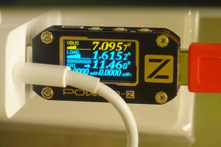 連接火牛充電同時,連接 QC 3.0 充電,輸出大約有 11W。
