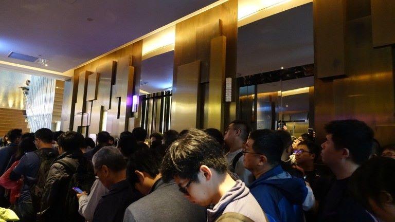 非常多人,一出電梯都沒位置站。