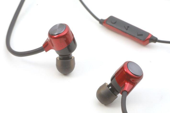 SecureFit 記憶掛耳設計,小編佩戴起來覺得算是穩陣。