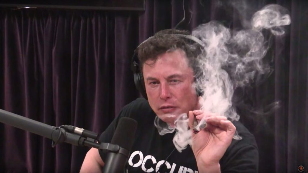 2018 年 9 月接受訪問時抽大麻的 Elon Musk 。