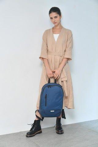 寶藍色的 METRO 背包。