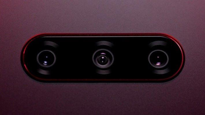 主相機採用 3 鏡頭的設計。