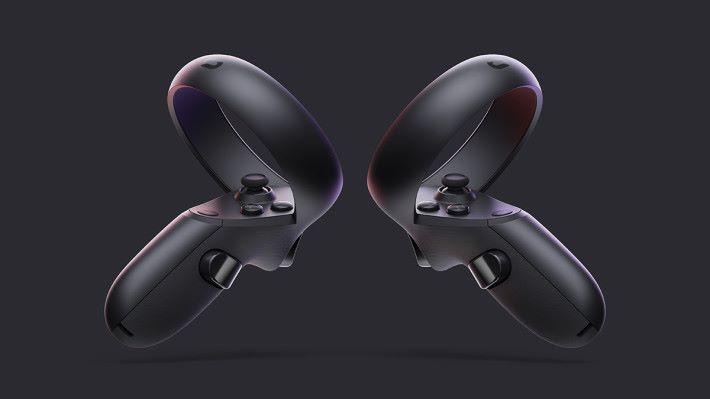 專為 Oculus Quest 設計的 Touch Controller 跟 Rift 的不同,感測環是向上的,鍵位也有點分別。