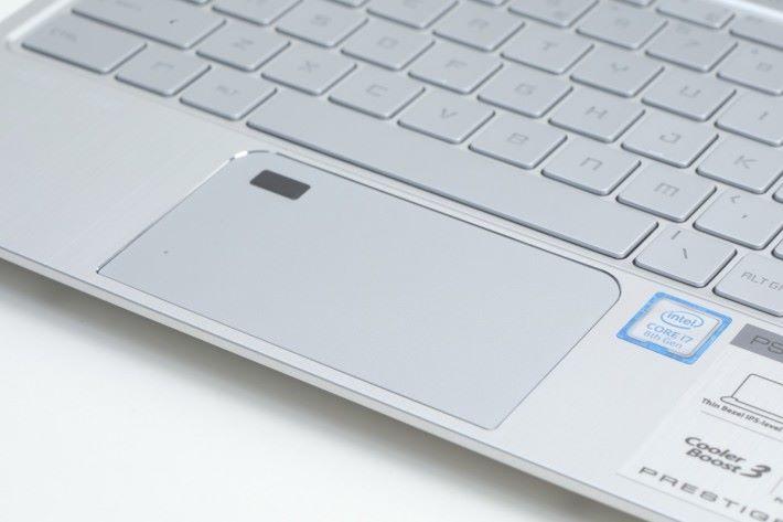 TouchPad 左上角有指紋辨識感應器,可用Windows Hello 功能,免密碼一按登入系統。