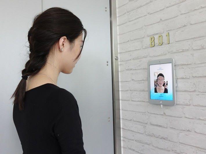 租用短期儲存服務的用戶在打開保護閘門前,需要先透過面部識別系統確認,閘門才會打開,避免第三方誤取貨物。
