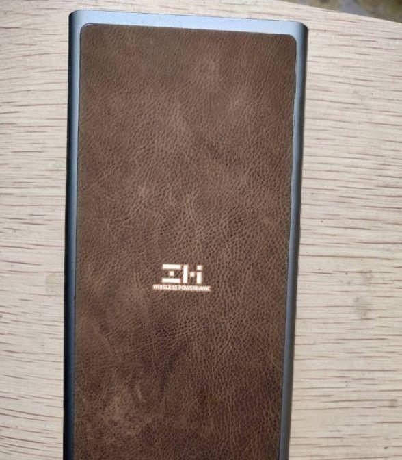 電池外殼加入皮革物料,矜貴之餘下,更有防滑作用。