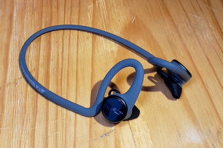BackBeat FIT 2100 運動藍牙耳機,設計與 BackBeat FIT 3100極似(就是多出了接線),也有 IP57 防水防塵功能及支援 My Tap 功能的 2 合 1 輕觸實體鍵。