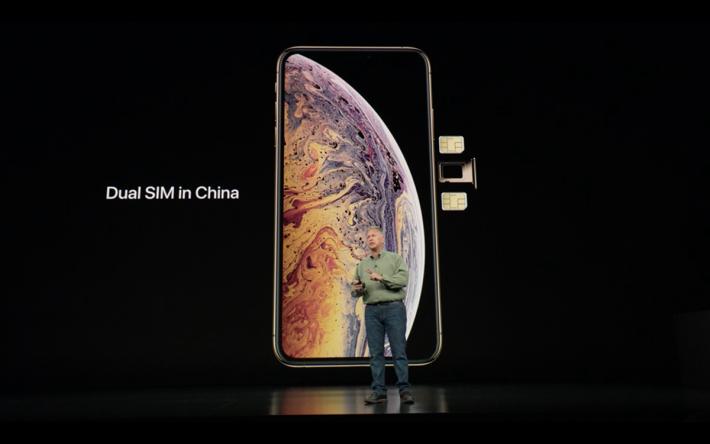 只有 iPhone Xs Max 使用「真雙卡」(nano SIM + nano-SIM 方式),而 iPhone Xs 就會以 nano SIM + eSIM 方式提供雙卡功能。