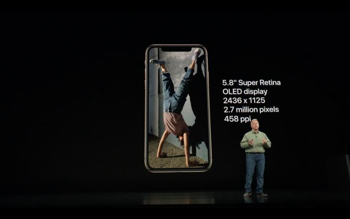 iPhone Xs 是現行 iPhone X 的加強版本。設計上同現時大家手中的 iPhone X可謂沒有分別,仍然使用 5.8 吋 OLED 屏幕及具備瀏海設計以支援 Face ID,但就多出了新顏色金色選擇。