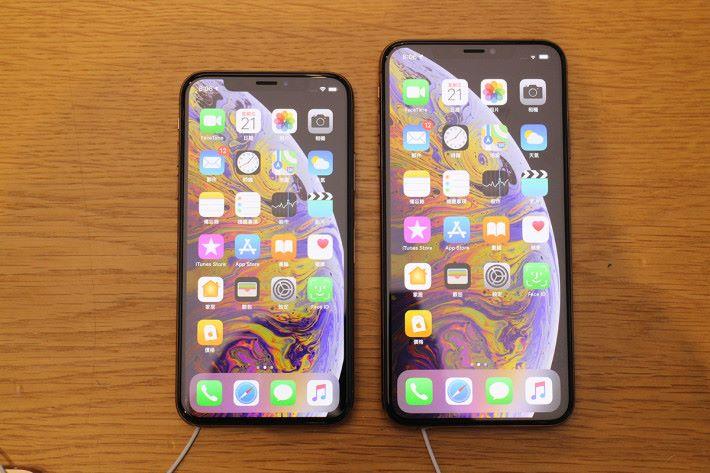 iPhone Xs(左)與 iPhone Xs Max(右),其實大細也不是相差太遠。