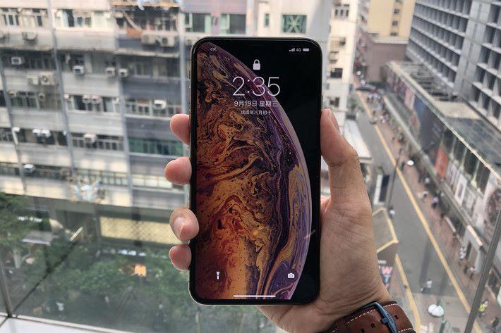 單手握著 iPhone Xs Max,其實與 iPhone 8 Plus 手感差不多。