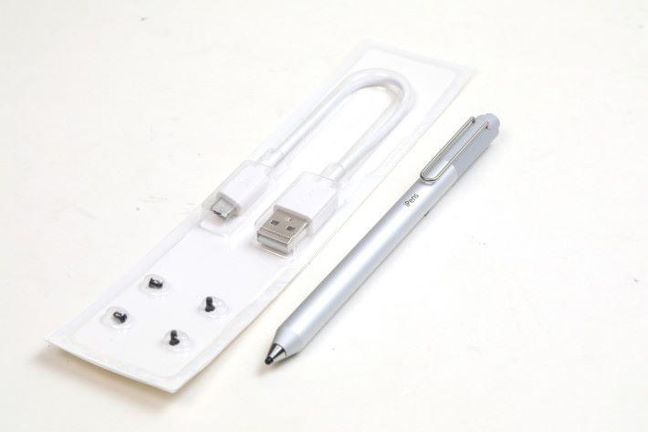 隨 iPens X1 附 micro USB 線以及多個筆尖作後備。