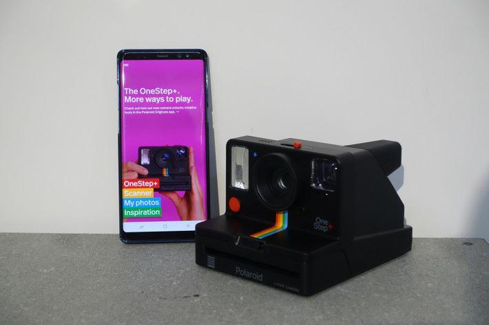 OneStep+ 內置藍牙,可連接手機配合《Polaroid Originals》App 使用。