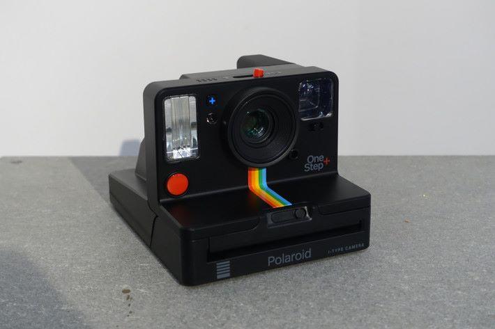OneStep+ 於機前鏡頭下有一道彩虹圖案,可說是向 1977 年首款 OneStep 相機致敬。