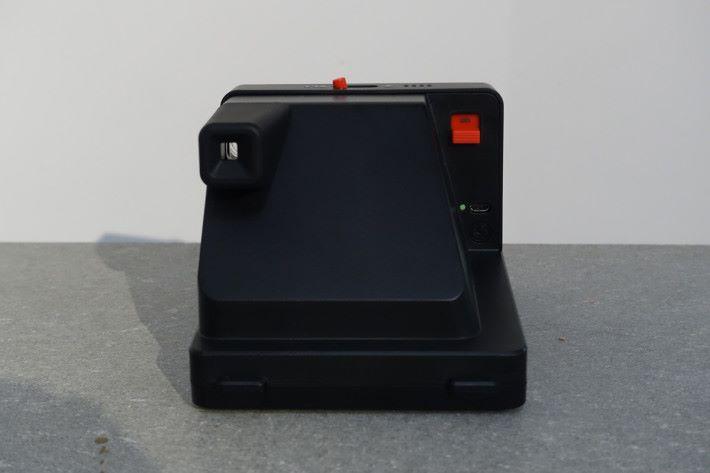 機背右邊可見開關掣、操作提示燈及 micro USB 插頭。