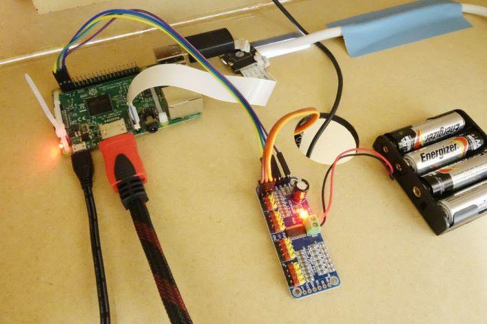 回收箱內部的硬件架構不複雜,主要是運用 Raspberry Pi 、攝影鏡頭等。