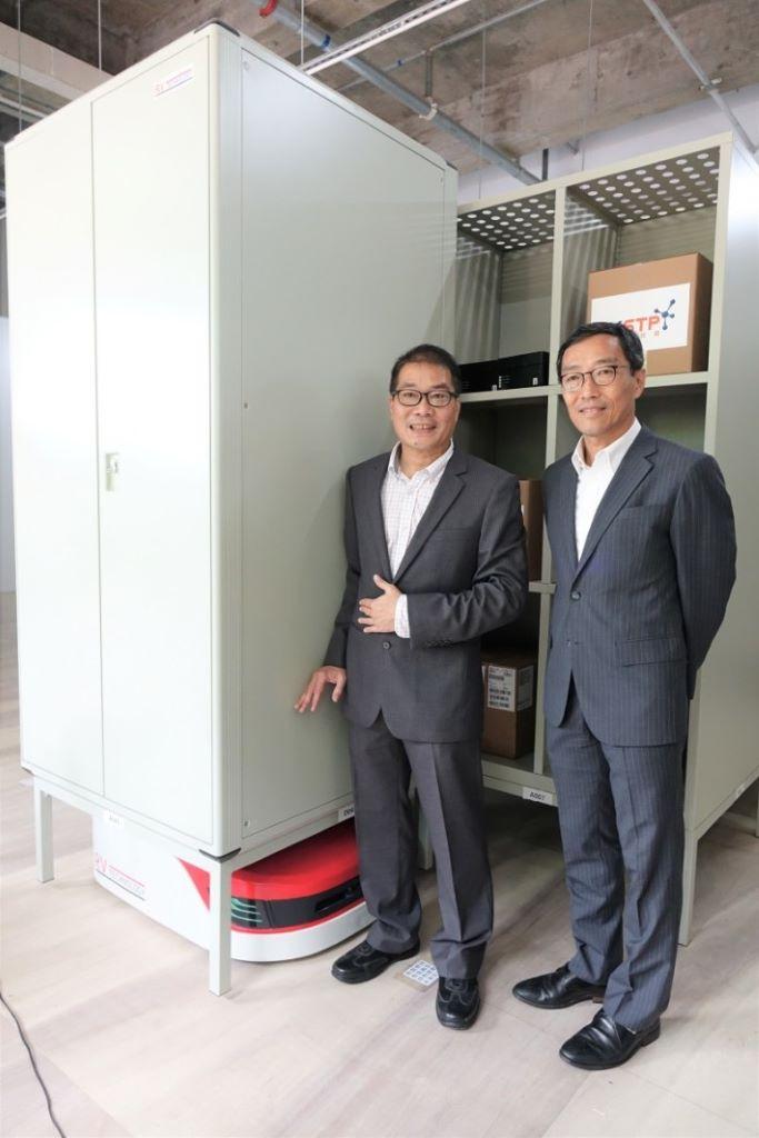 黃克強(右)及周定漢認為 RobEX Centre 起了示範作用,透過科技改革傳統物流業及倉庫等管理問題。