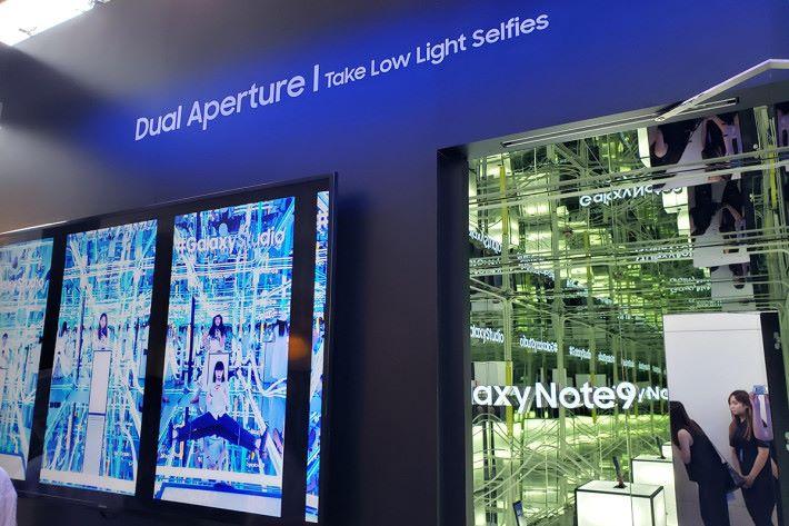 超低光自拍鏡房入面布滿鏡子及 LED 裝飾燈,拿起 Galaxy Note9 就會自動亮起,試試 F1.5 光圈的超低光拍攝效果,必去!
