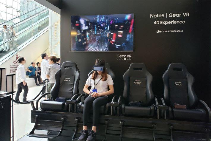 以 Galaxy Note9 配合 Gear VR 的 4D 動感影院,大家可感受刺激緊張的未來賽車。