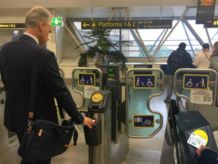 倫敦早在 2014 年起已全面啟動開放式支付系統,乘客利用感應式信用卡或智能電話即可拍卡入閘,毋須再購買車票。