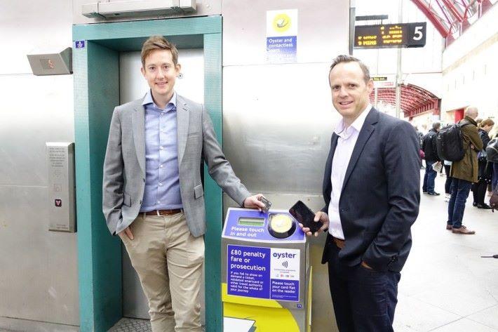 Jonathan Hill(左)及 Kevin Akerman 均認為,過去儲值卡已培養了市民拍卡搭車的習慣,增加感應式信用卡付款,是給市民及旅客多一個選擇,特別是旅客可省去排隊買車票及增值的時間。