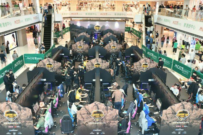 比賽於商場內舉行,吸引到不少人到場觀看。