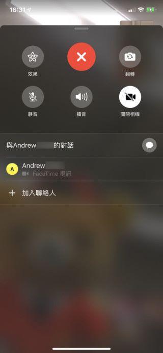 在進行 FaceTime 時按下控制面板右邊的「...」按鈕,再按「加入聯絡人⋯⋯」,就可以把其他人加入對話。