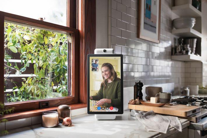 不用拿著手機就能與親友通信,而且鏡頭和收音咪都會追踪用戶的方位作出調整。