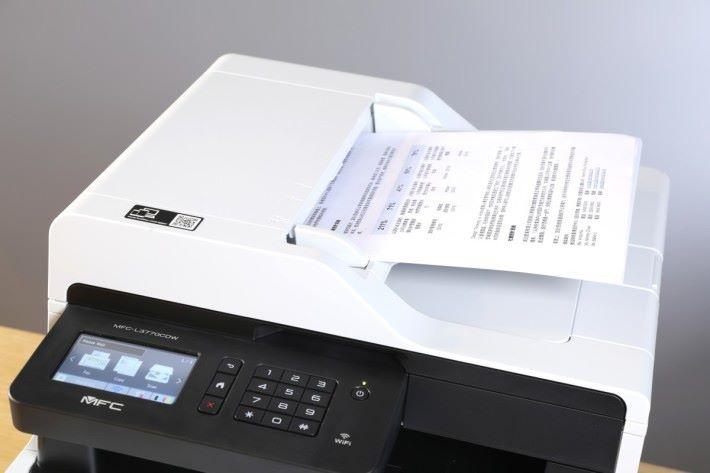 全新自動雙面送稿器,可以儲存多達 50 張紙張,免除手動翻紙的煩瑣步驟。