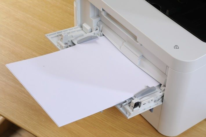 上代只放到一頁紙的手動進紙槽,現在可放到 30 張,更可存放 163gsm 的厚身咭紙,滿足用戶不同的打印需要。