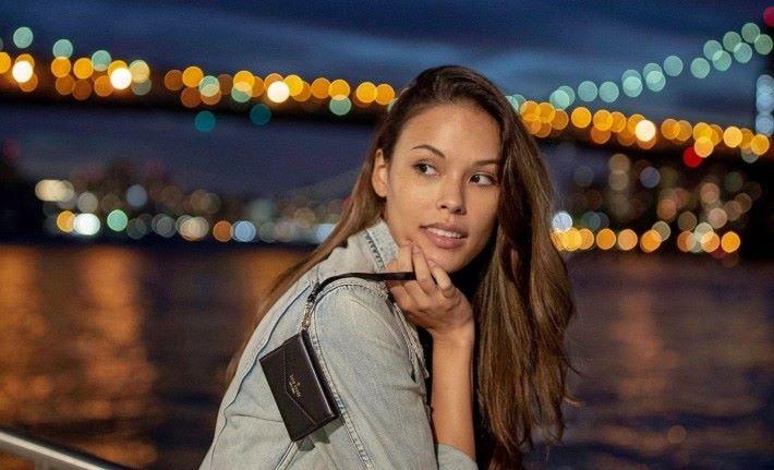為打入女性市場,女性時裝品牌 Kate Spade 合作推出手機手袋。