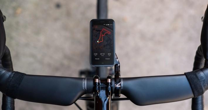 運動方面不單推出運動手袖,還有單車專用托架,可以將手機當作碼錶來用。