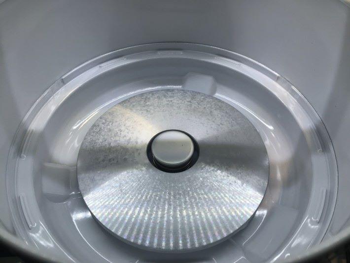 打開電飯煲,拿走電飯煲內瞻,一般就會看到底下有一個發熱盤接觸的部份。
