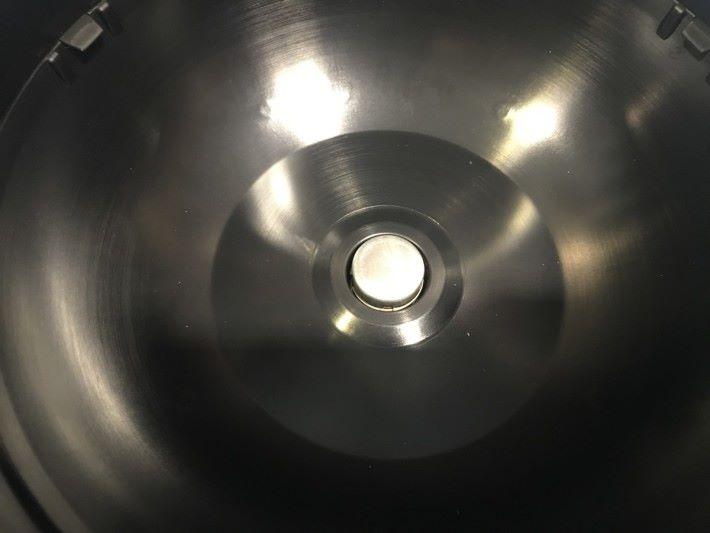 鍋底內裝有溫度控制裝置。此外,由於飯鍋內水被加熱後會有水蒸氣產生,因此飯煲內的氣壓會不斷增加,為了保持飯鍋內氣壓平衡,部分水蒸氣會透過出氣口排出。