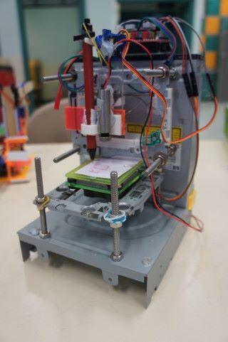 迷你立體打印機是最新作品,於 Arduino 和 Servo Motor 若配合筆(左)就可以繪畫,配合鐳射頭可作雕刻。