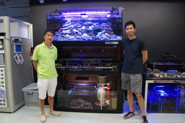 靚中設計與科技科科主任劉偉成(左)與綜合科學科科主任陳瑋麟為讀者進行 STEM 課程設計講解。