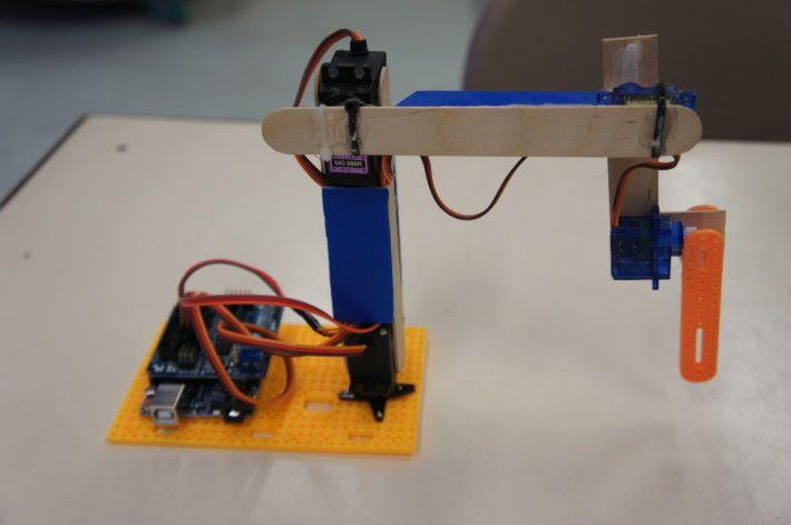 三組展示機械臂各有不同,第一組設計最基本,展用 Arduino 直接控制 Servo 。