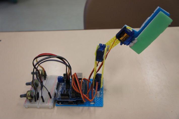 第二組設計加入旋轉扭,讓用家可直接控制每一個關節。