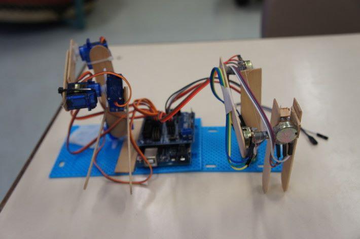 第三組設計是圖中右邊摸擬成人手關節,如此就可直控制左邊的機械臂。
