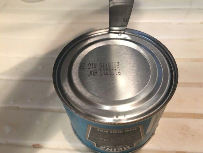 利用刀尖插入罐內,然後間距約二厘米的位置敲穿罐頭戳洞。