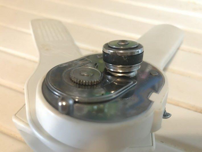 當手柄合上時,齒輪和刀刃輪子會夾緊罐頭邊緣 及罐身,擠壓的過程刀刃輪子令罐上出現缺口。