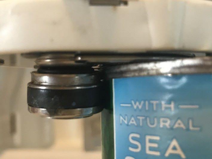 圖中罐頭刀利用齒輪轉動時會所產生摩擦力,令齒輪沿住罐頭上蓋的邊緣移動,同時也令刀刃輪子沿罐身切割。