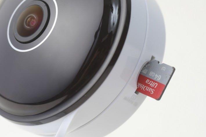 鏡頭旁邊設有記憶卡的插 卡位, 用戶也可以利用付費雲端服務, 直接上傳監視錄影檔案。