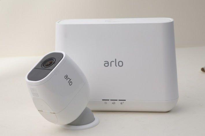 Arlo Pro 2 是以套裝形式發售,鏡頭可透過球狀磁力底座,輕鬆安裝於牆身或天花位置。