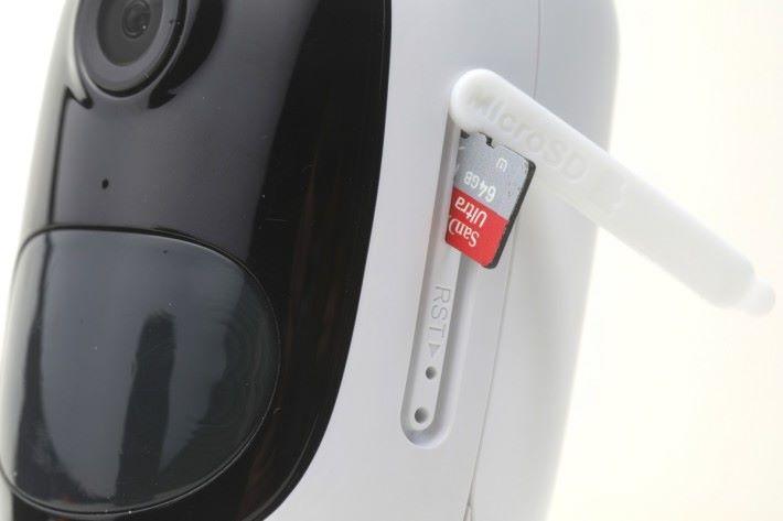 機身側面設有記憶卡槽位,戶外使用時必須注意保護蓋,是否完全密封保護。