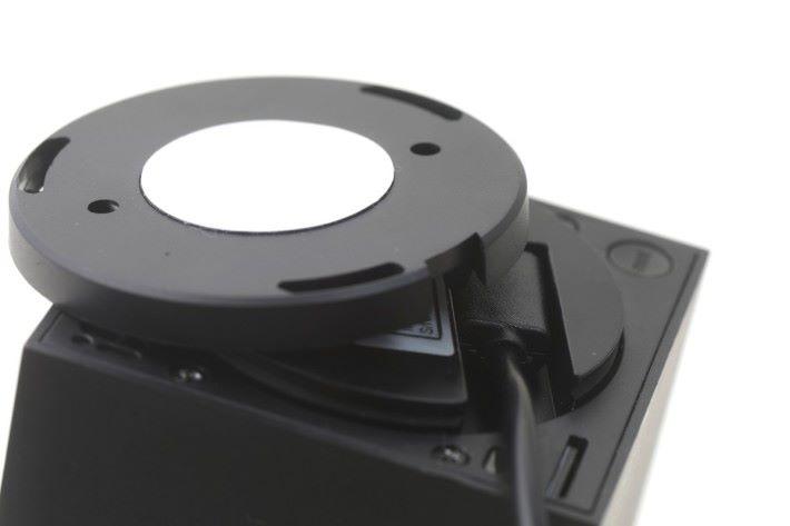 底座可作 360 度的旋轉,底蓋設有 USB 線的藏線槽位,安裝時需要留意線材方向。