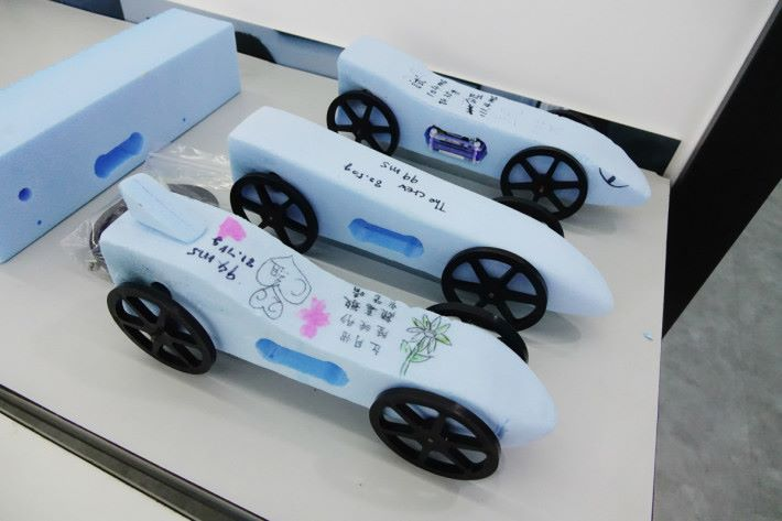 中二課程以運動學及力學,讓學生製作出不同的火箭車。