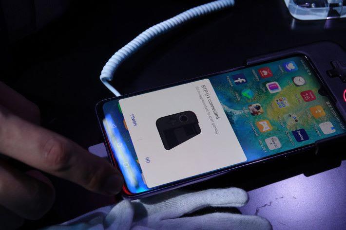 將 Gamepad 裝在機頂,並透過 Bluetooth 連接即可。