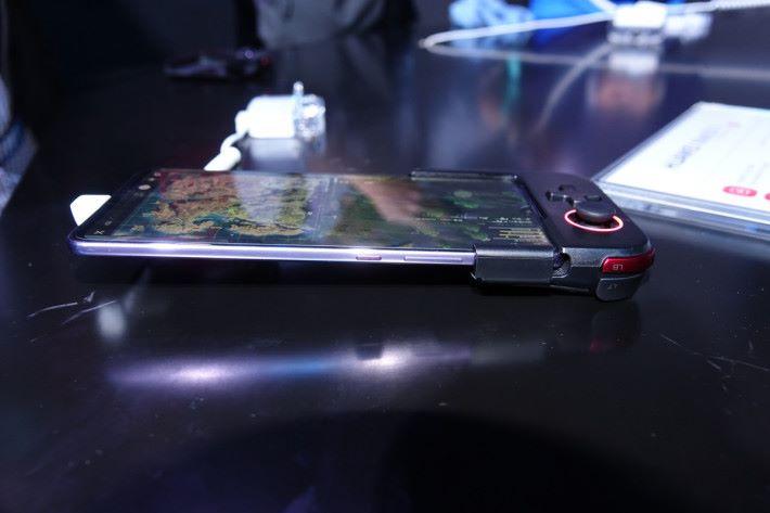 除了「冬菇」及十字掣外, Gamepad 也有 LT 及 LB 兩個按鍵。