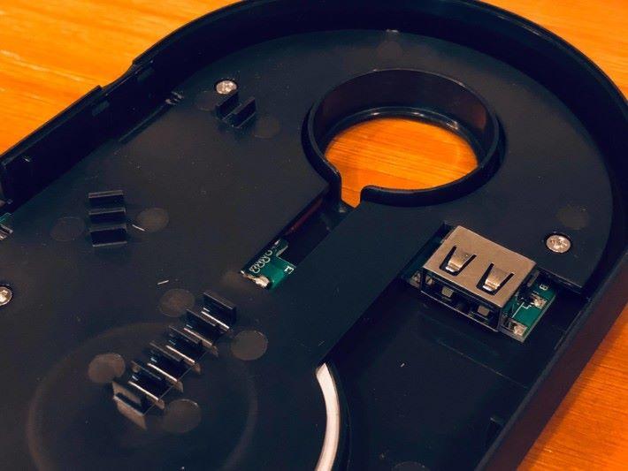把充電線安裝在裡面,接上 USB 插就可以使用。